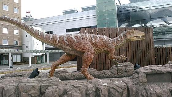 福井駅前に置かれたフクイラプトルの模型